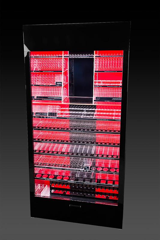 szafa ekspozycyjna dla marki KOBO z łączonych materiałów