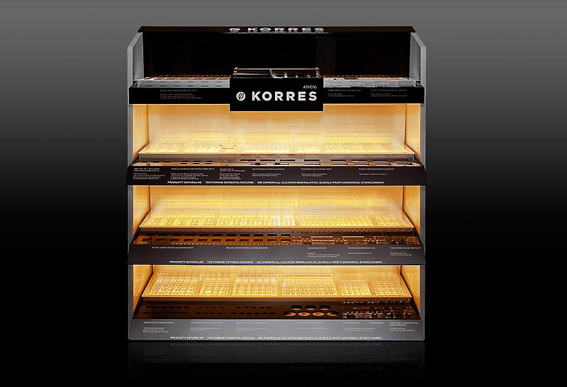 Szafa ekspozycyjna dla marki Korres z łączonych materiałów